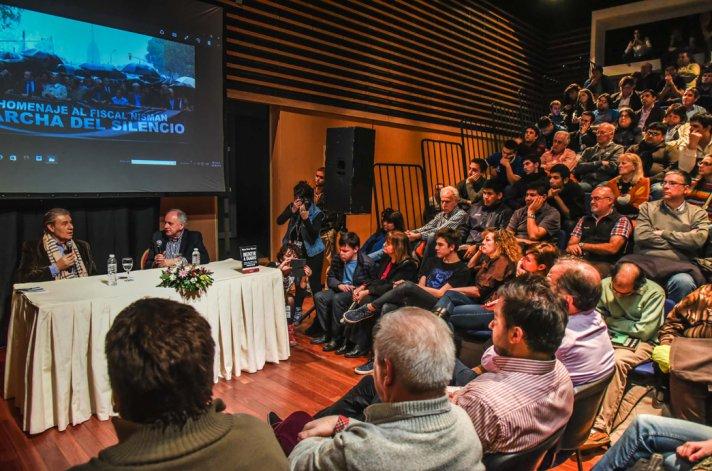 Víctor Hugo se presentó ante un auditorio repleto en la Feria del Libro.
