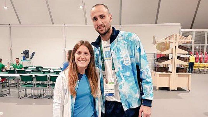 La madrynense Julia Gomes Fantasia con el escolta de la selección argentina de básquetbol