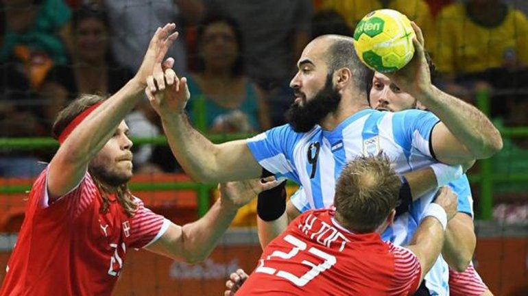 La selección argentina masculina de balonmano debutó con una derrota frente a la fuerte Dinamarca.
