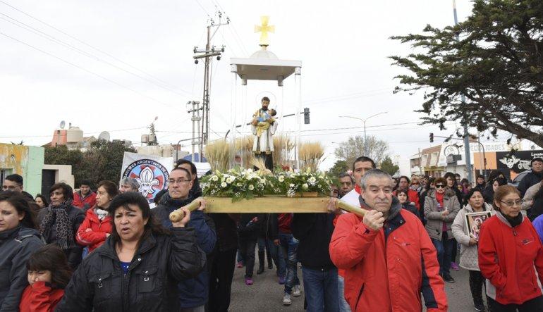 Los fieles trasladan la figura de San Cayetano durante la procesión que cada año se realiza por la zona sur de Comodoro Rivadavia.