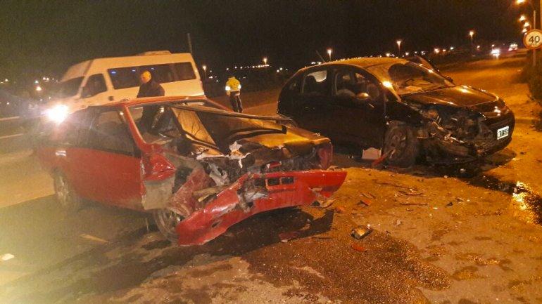 El Renault Fuego y el Citroën C4 quedaron practicaron destruidos tras el choque frontal que se produjo ayer en la madrugada en Kilómetro 5.