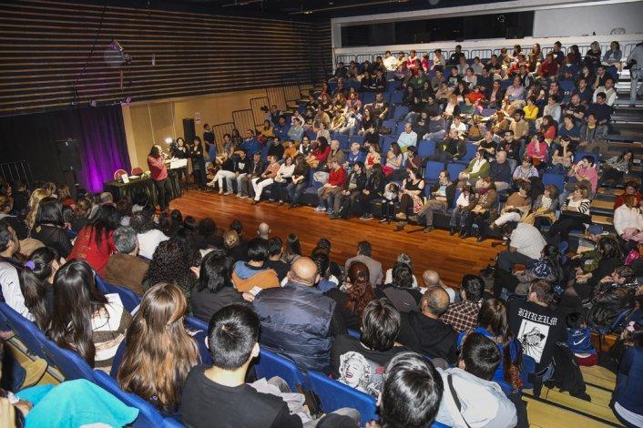 Santiago Sánchez ayer durante la multitudinaria presentación de su segundo libro sobre el programa radial La ciudad perdida.