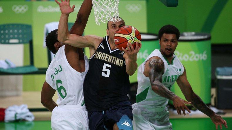Emanuel Ginóbili intenta de dos puntos en el triunfo argentino la noche del domingo ante Nigeria.