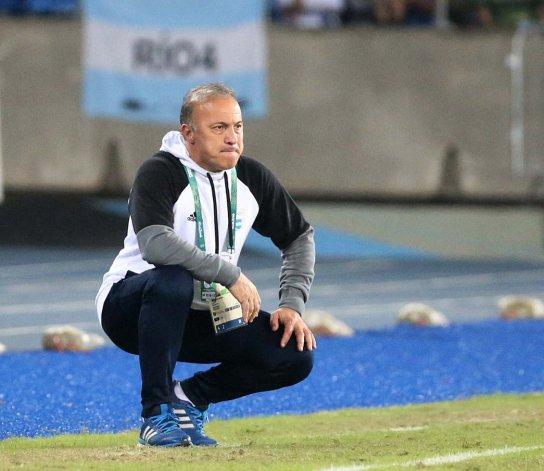 Julio Olarticoechea observando las acciones del partido que Argentina le ganó 2-1 a Argelia.