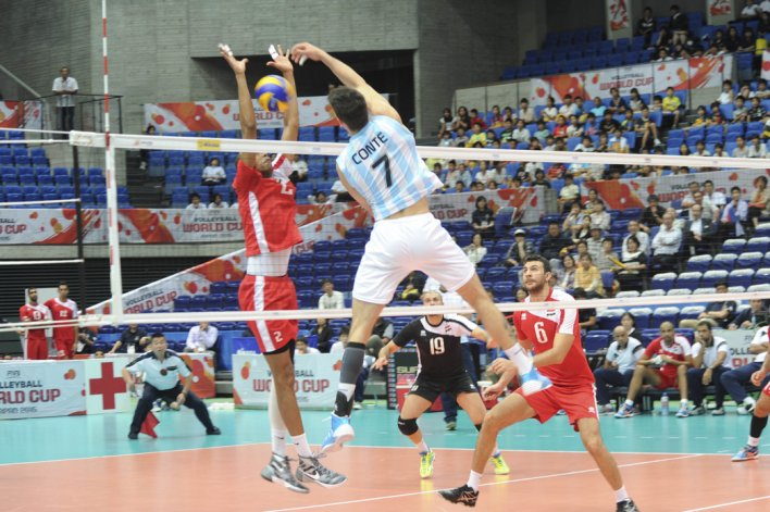 Facundo Conte remata en el triunfo argentino frente a Irán por los Juegos Olímpicos.