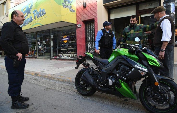 El motociclista sufrió fuertes golpes al intentar esquivar a un perro vagabundo en calle San Martín.