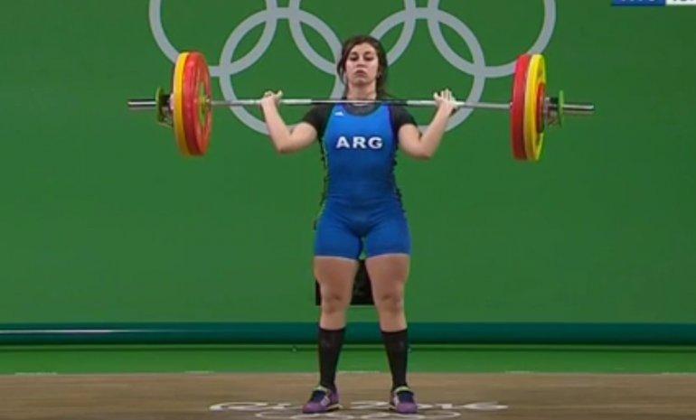 Una pesista argentina levantó 190 kilos y luego pidió ayuda