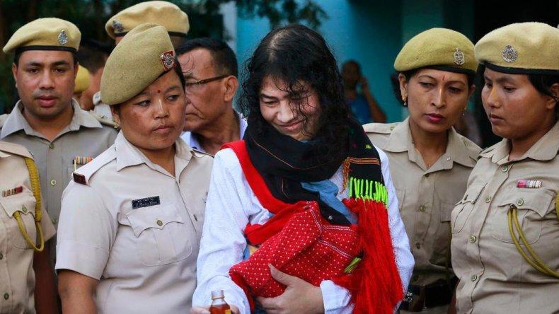 Activista india pone fin a la huelga de hambre.