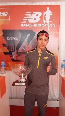Joaquín Arbe con el trofeo que conquistó el último domingo en Capital Federal.