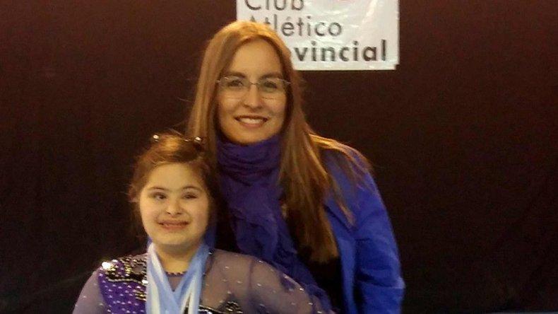 La patinadora Camila Gallardo con su entrenadora Antonella Tiglio.