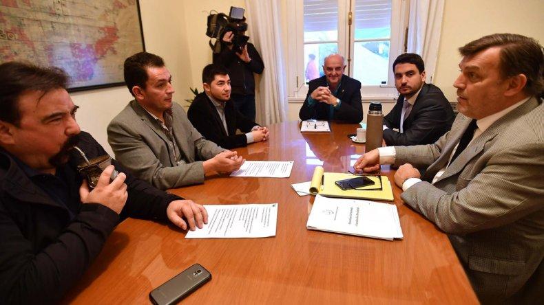 El ministro Williams encabezó ayer una reunión con un partido vecinal de Gaiman.