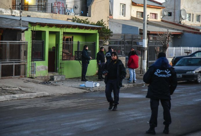 La policía realiza pericias en la calle Pasteur durante la tarde en que se produjo el homicidio. La casa de frente pintado de verde es la vivienda en la que residía Joaquín Suárez.