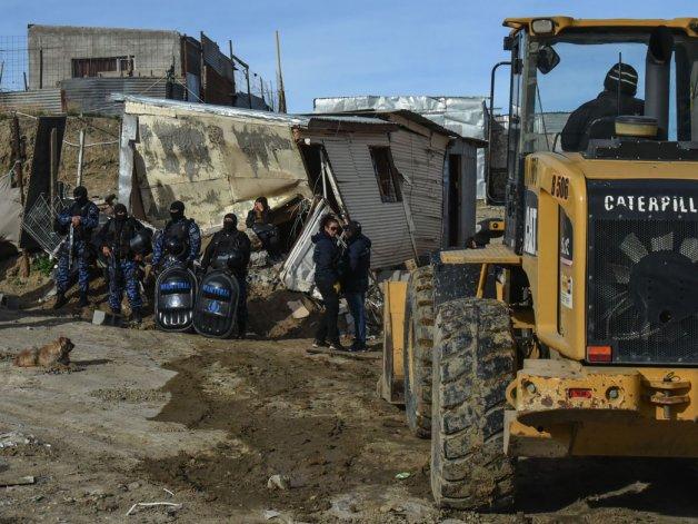 Integrantes de la familia Nieves se interpusieron al desalojo en el que derribaron las dos casas que edificaron en el terreno fiscal.