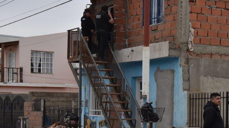 La policía allanó una casa de dos plantas en el barrio Los Pinos