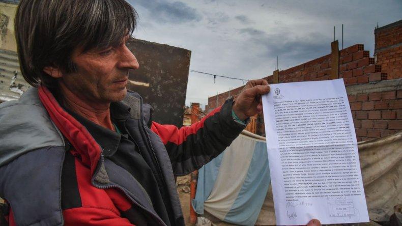 Antonio Nieves muestra la denuncia penal que radicó ayer contra las autoridades municipales por desalojo ilegal.