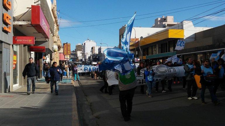 En el segundo día de paro, los docentes realizaron un banderazo por el centro
