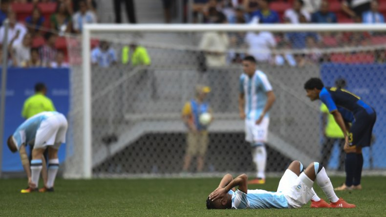 Algunos de los hombres de la Sub 23 lucen totalmente derrotados luego del empate ante Honduras.