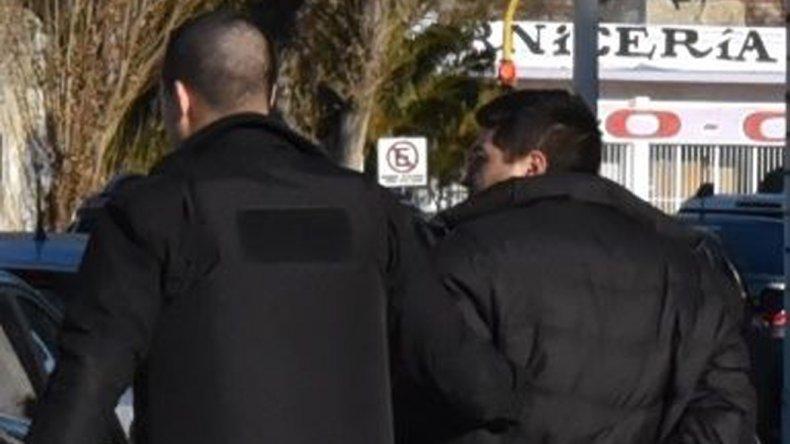 El individuo detenido por ser el presunto homicida fue trasladado ayer desde la Comisaría Quinta hasta el Juzgado de Instrucción N° 1.