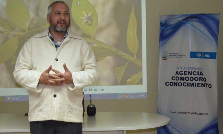 El fitoterapeuta e iridólogo Octavio Meneghetti brindó una charla sobre plantas medicinales en el edificio de Comodoro Conocimiento.