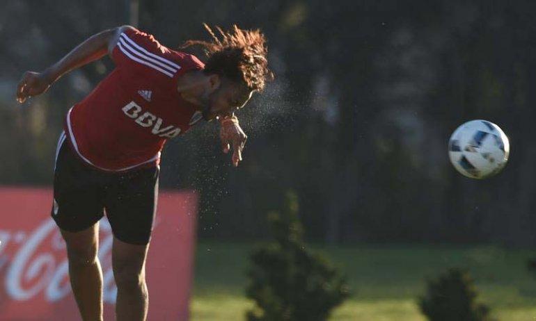El defensor ecuatoriano Arturo Mina durante el entrenamiento de ayer de River.