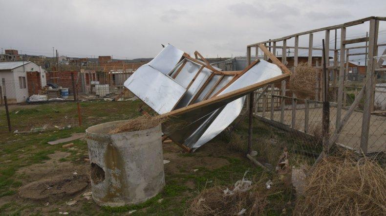 En la Fracción 15 el fuerte viento castigó y derribó una vivienda que terminó destruida.
