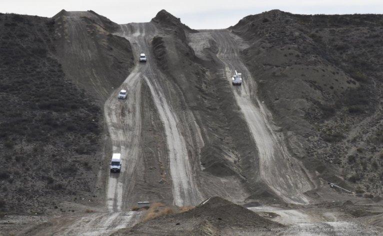 Centenares de conductores de vehículos livianos tuvieron que utilizar el peligroso camino de ripio que corre paralelo a la traza del acueducto