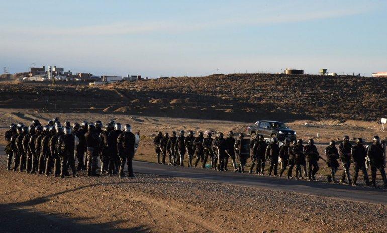 Las fuerzas especiales de la Policía desactivaron a media mañana el piquete de los petroleros de San Antonio en la Ruta 99. Por la tarde se desplazaron en masa hacia la Ruta 12.