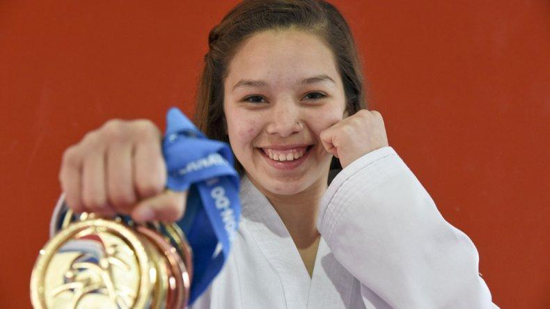 Leila Ramos y sus medallas logradas en Inglaterra con mucho esmero.