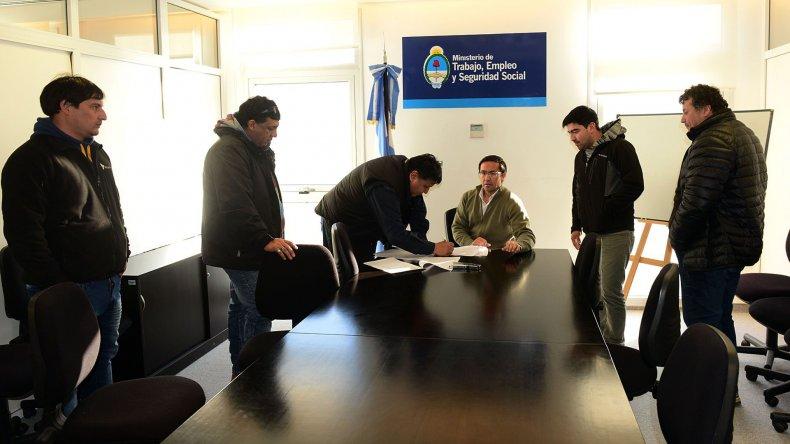 En la delegación del Ministerio de Trabajo se firmó un acuerdo de un mes para preservar fuentes de trabajo en San Antonio.