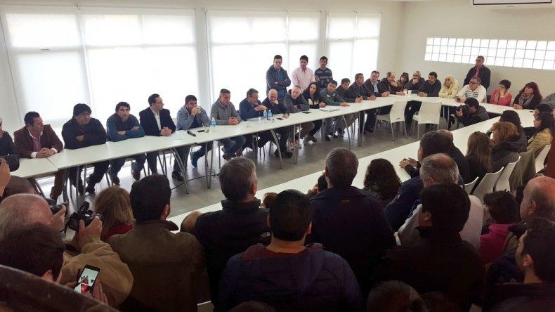 Militantes se movilizan en defensa del gobierno de Das Neves
