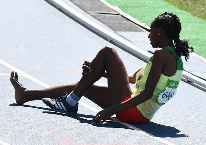 Una atleta corrió más de 1000 metros sin una zapatilla