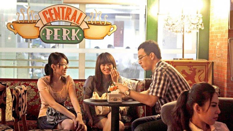 El café recrea los principales escenarios en donde se desarrolla la aclamada serie estadounidense y es un éxito entre turistas y habitantes de Pekín.