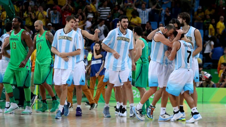 Los jugadores argentinos festejan el triunfo en el Arena Carioca.