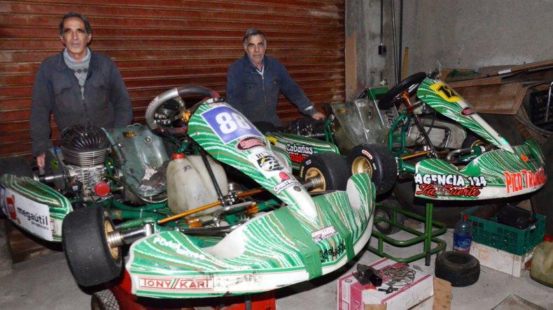 Mario y Roberto Navarro con los dos kártings que atienden de la categoría Sudam.