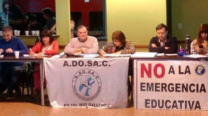 El Congreso de ADOSAC que deliberó el viernes en Río Gallegos declaró al gremio en alerta y movilización por el proyecto de Emergencia Educativa