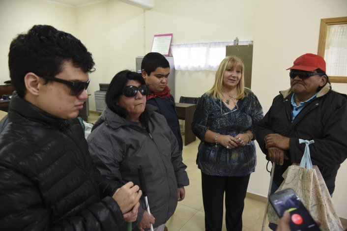 Un grupo de asistentes al Centro Luis Braille compartió sus experiencias con El Patagónico.