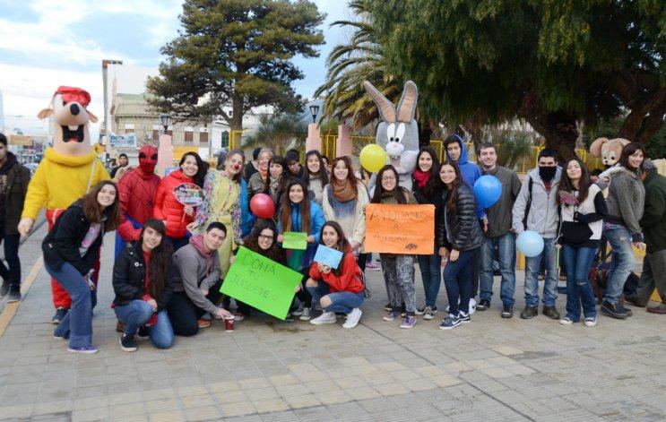 Los jóvenes de Rotary Comodoro y Rotaract se reunieron ayer en la plaza de la Escuela 83 para recolectar juguetes para ser donados en la comuna rural de Facundo.