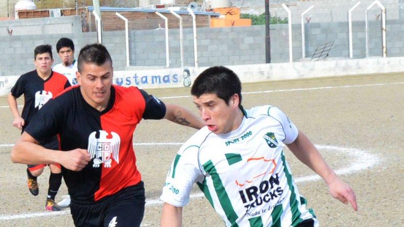 Lucas Onit domina sobre la banda izquierda ante la marca de Alejandro Bahamonde.