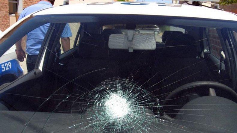 20 jóvenes bebían alcohol en la calle, atacaron a policías y a un patrullero