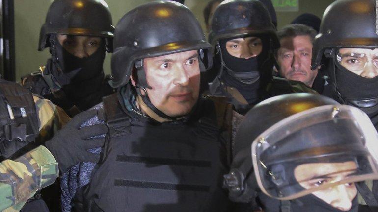 José López al ser conducido a tribunales bajo una fuerte custodia.