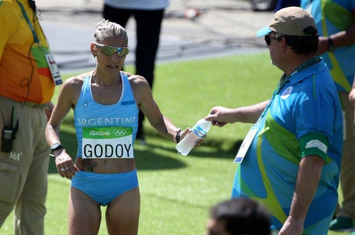 Rosa Godoy a punto de refrescarse durante la prueba de maratón femenino.