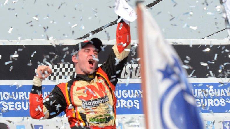 Mariano Werner festeja en el podio con el cheque del millón.