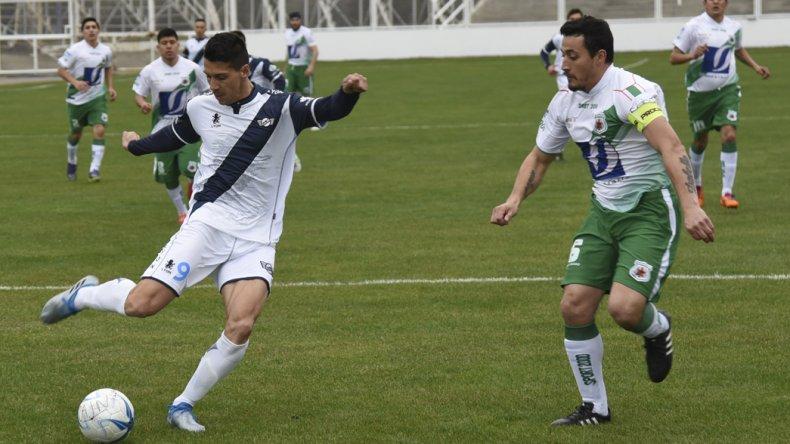 Mauro Villegas con el balón en el partido que Jorge Newbery le ganó 1-0 a Estrella Norte de Caleta Olivia.