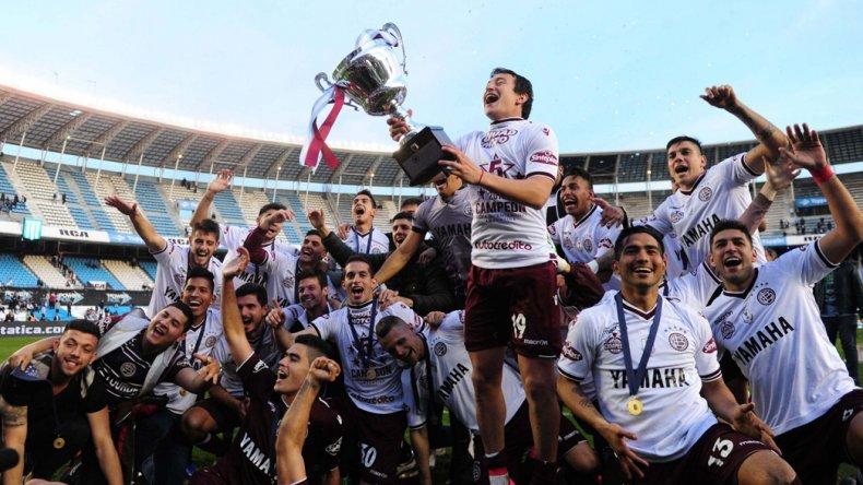 El Bicho Aguirre con la copa y todo Lanús festeja un título que le permite acceder a la Copa Sudamericana del año próximo.