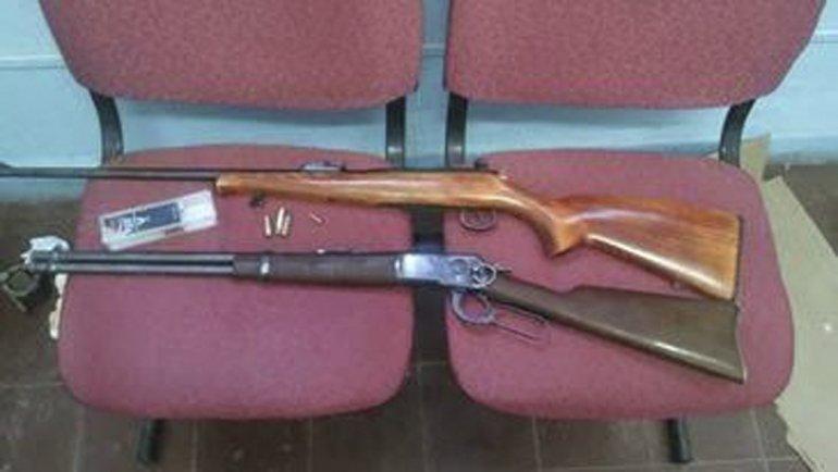 Los rifles secuestrados. En la recámara del Amadeo Rossi 357 había una vaina percutada.
