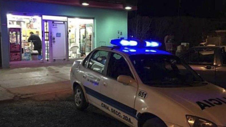 Efectivos de la Seccional Segunda de Policía tomaron intervención en el robo al drugstore y heladería Maru.