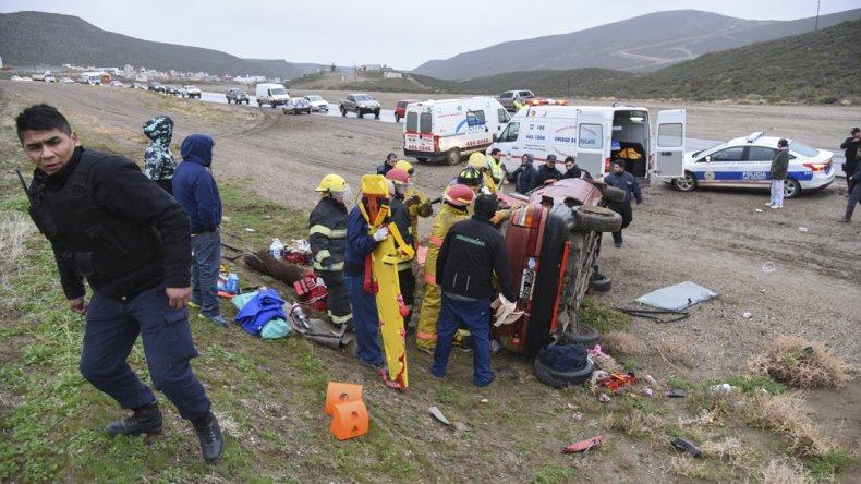 Los bomberos tuvieron que arrancar el techo del auto para rescatar a una de las víctimas atrapada entre los hierros retorcidos.