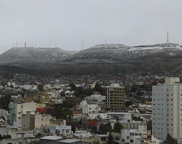 Los alrededores de Comodoro y los yacimientos se cubrieron de nieve