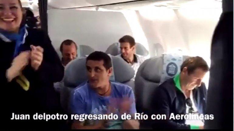 Ovacionaron a Del Potro en el avión de regreso a la Argentina