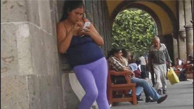 ¿Por qué la foto de esta madre distraída con el celular se hizo viral?
